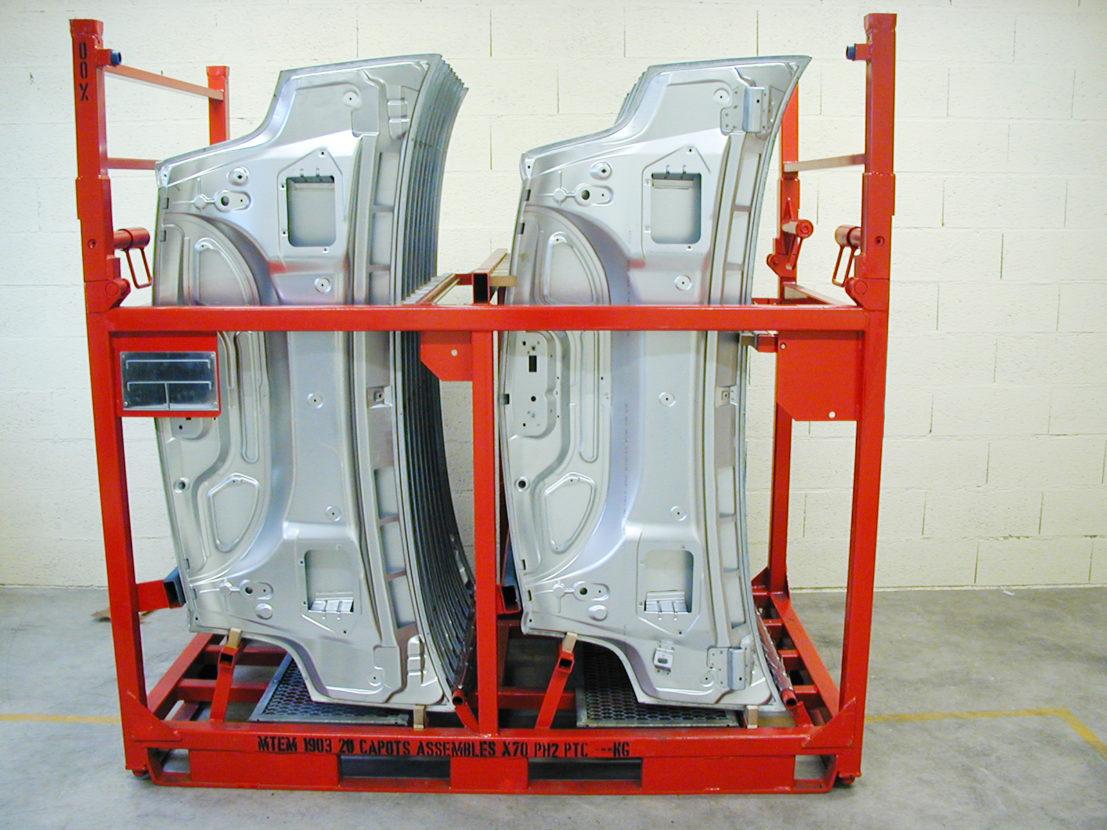 Conteneur réutilisable pour le conditionnement de capots assemblés en position verticale